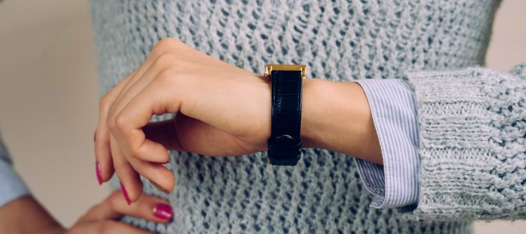 Kvinna tar tiden på sin klocka